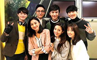 八點華劇《獨家保鑣》明(24日)晚播出完結篇,張軒睿(左)客串演出,與劇中主演合影。(三立提供)