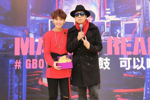 曹西平(右)现身签唱会为鼓鼓(左)加油打气。(相信音乐提供)