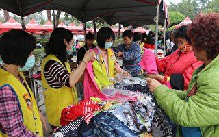贈衣活動相當踴躍,市公所員工及志工也募集了二手衣物整理後再贈送。(屏東市公所提供)