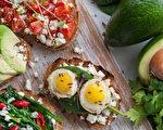 鳄梨、深色蔬菜和全麦面包,分别富含不饱和脂肪酸、抗氧化剂及复合式碳水化合物,都有助于活化脑力、提升创造力。(Mikhaylovskiy/Shutterstock)