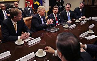 美國總統川普(特朗普)1月23日(美國時間)與10多名企業高管會面,大批媒體記者在現場採訪情形。(Chip Somodevilla/Getty Images)