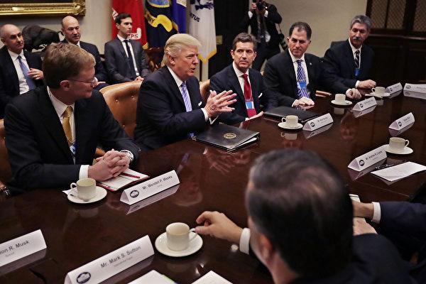 美国总统川普(特朗普)1月23日(美国时间)与10多名企业高管会面,大批媒体记者在现场采访情形。(Chip Somodevilla/Getty Images)