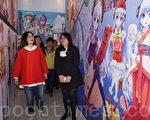 管碧玲(左)参观动漫设计师邓依心在驳二的动漫展览,强调角色经济是年轻人与产业新势力。(李怡欣/大纪元)