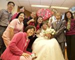 台湾南投县陈木贵(前右2)与林富美(前右3)夫妻,两人年轻时生活困难,辛苦拉拔子女长大后,林妻却诊断癌症末期,两人26日在医院补办婚礼,留下人生回忆,过程令不少人动容。(埔基医院提供)