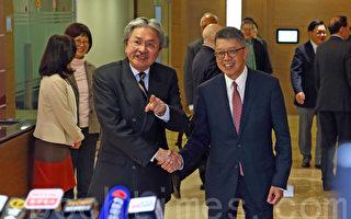 曾俊華(左)昨與香港總商會成員見面,尋求特首選委支持。旁為總商會主席吳天海。(潘在殊/大紀元)