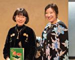 拥有70年名牌物品经营的第三代公司社长佐藤英子与大学英文老师的母亲佐藤香代子相约看神韵,心被震憾。(野上浩史/大纪元)