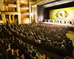 1月21日,神韵纽约艺术团在圣地亚哥加州艺术中心连续举行了两场演出,座无虚席,所有座位票在开演之前就已经全数售罄。主办方说,当日为满足在剧院等票的观众,还特别加座。图为晚场谢幕照。(季媛/大纪元)
