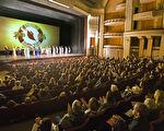 1月21日,神韵纽约艺术团在圣地亚哥加州艺术中心连续举行了两场演出,座无虚席,所有座位票在开演之前就已经全数售罄。主办方说,当日为满足在剧院等票的观众,还特别加座。图为下午场谢幕照。(季媛/大纪元)