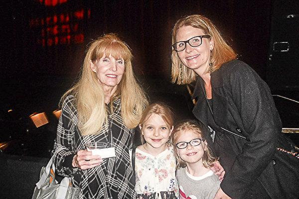Smith 女士与女儿Kitty Briggs女士和两个外孙女一起来观看神韵。祖孙三代一起享受了一个美好的夜晚。Smith 女士表示神韵充满了能量。(萧财英/大纪元)