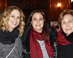 1月28晚,从事研发工作的科学家Lisa Simpson女士(中)与Vivian Borreggine女士(左)及母亲(右),一起观看了当晚神韵北美艺术团在纽约州罗切斯市的首场演出。(卫泳/大纪元)
