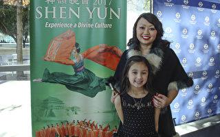 私人执业医师协会管理服务组织主席Dana Nguyen和女儿Scarlet一起观赏神韵世界艺术团(World Company)在达拉斯的第三场精彩演出。