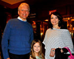Terry Dolan与女儿Kelly Henry、外孙女一起,在罗切斯特大剧院(Rochester Auditorium Theatre)观看了神韵演出。(卫泳/大纪元)