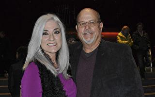 Mark Waddell先生和太太Cindy表示,神韵演出中'善'的主题是全世界的人都需要的。(乐原/大纪元)