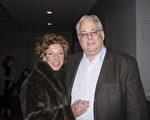 餐馆业主Jeff Barker携夫人首次观看神韵,一切都令他们感到惊喜。(苏菲/大纪元)