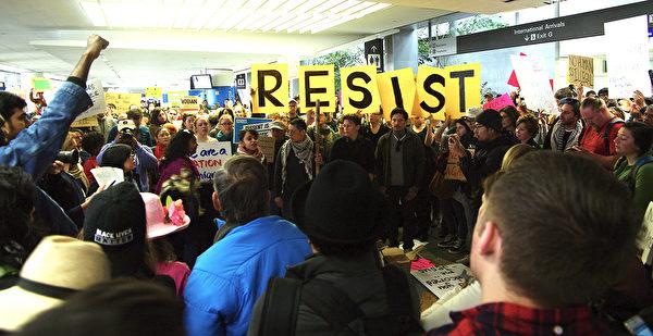 川普下旅行限制令 旧金山机场连两日抗议