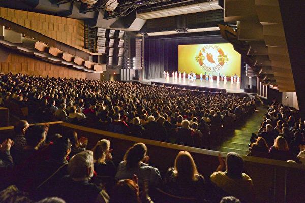 2017年1月29日,神韵巡回艺术团在温哥华伊丽莎白女皇剧院上演首场演出,全场座无虚席。(主办方供图)
