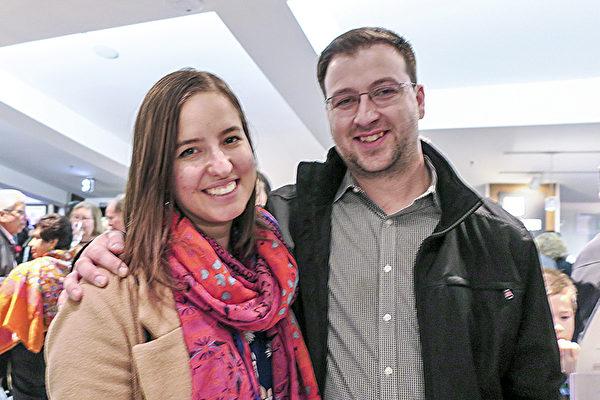 1月29日晚,Bradley Fyfe和Megan Allenby观看了神韵巡回艺术团在温哥华的首场演出后表示,一定每年都会来看。(欧阳/大纪元)