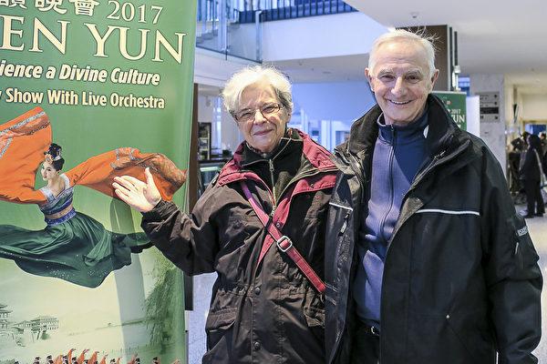 """1月30日,Michael Guszowaty和Irene Guszowaty夫妇在温哥华观看了神韵演出,Irene说:""""演出太精彩了,时间很快就过去了,根本没看够。""""(欧阳/大纪元)"""