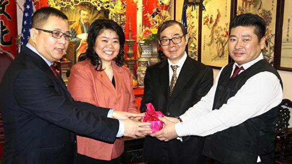 (左起) 新任副主席陈文栋、主席陈文珊、台北经文处副处长陈铭俊、卸任主席陈伟民。( 廖述祥 / 大纪元 )