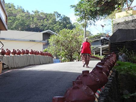 来到雾台,以石板为路、陶壶为指标,引领游客欣赏鲁凯风情(曾晏均/大纪元)