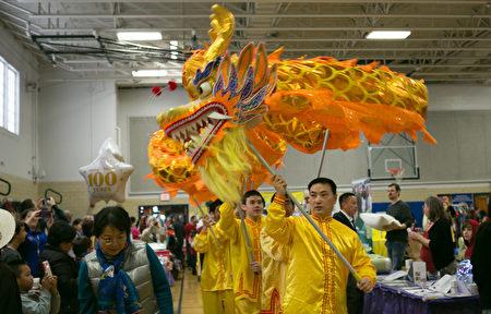 往年中国新年欢庆,舞台上的中国传统节目表演。(李莎/大纪元)
