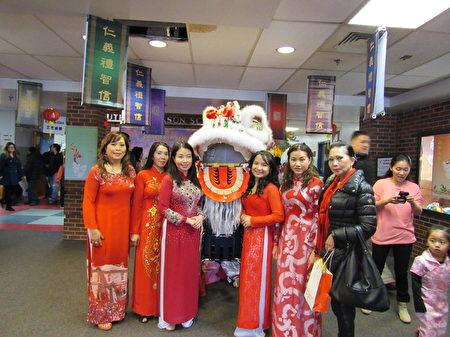 往年中国新年欢庆,吸引了不同族裔民众共度中国传统佳节。(李莎/大纪元)