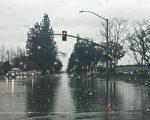 據國家氣象局預報,本週,一系列暴雨將襲擊洛杉磯縣。圖為1月12日南加地區暴雨,聖蓋博谷市內街道成了水塘。(劉菲/大紀元)