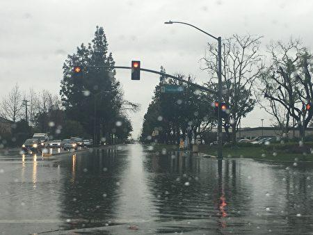 圣盖博谷市内街道成了水塘。(刘菲/大纪元)