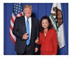 加州亞裔川普黨代表黃趙企晨博士(Dr. Sophie Wong)與川普合影。(黃趙企晨提供)