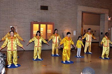 法轮功学员在宾大迎接中国新年庆祝活动上演示法轮功功法。(良克霖/大纪元)