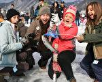 """曾被CNN评为""""世界七大冬季不可思议""""的南韩""""华川山鳟鱼庆典"""",7日至29日在南韩江原道登场,游客可以体验凿冰钓鱼的乐趣。(韩国观光公社提供)"""