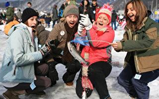 曾被CNN評為「世界七大冬季不可思議」的南韓「華川山鱒魚慶典」,7日至29日在南韓江原道登場,遊客可以體驗鑿冰釣魚的樂趣。(韓國觀光公社提供)