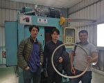 香港一家公司研發的自行車輪圈物料,輕度、硬度和耐腐性等都遠超過當前市場同類產品;圖為港方公司負責 人早前在台灣合作夥伴廠房生產出輪圈試品一刻。(港方公司提供) (中央社)