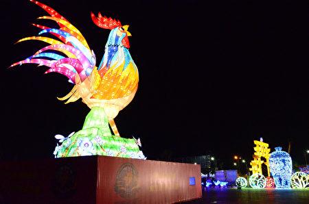 南投燈會、沙雕藝術、恐龍展21日起在南投市祖祠橋旁登場,燈會主燈晚間正式點亮,縣府準備逾1萬個小雞提燈要送給參觀民眾。圖為雞年主燈試燈畫面。 (南投縣政府提供)