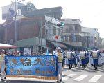 萬丹紅豆牛奶節舉辦踩街活動,天國樂團演出最受矚目,沿途吸引民眾圍觀、鼓掌拍照。(簡惠敏/大紀元)