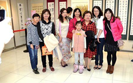 简惠美老师与学员合照。(宋顺澈/大纪元)