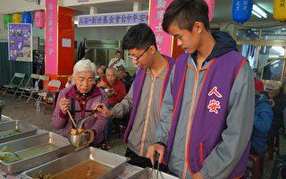 惠文高中拾璿佾(右)、罗仕臣在人安基金会为寒士们打菜。(黄玉燕/大纪元)