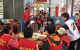 金雞首響愛團圓 企業送愛心年菜給老人