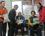簡松樹鄉長(左2)、黃鐙山村長(左1)及鄉民代表16日上午拜訪低收入戶簡姓夫妻,表達慰問之意。(曾漢東/大紀元)