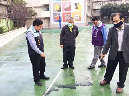 桃园市长郑文灿(左)与相关人员到中坜国中勘查落尘状况。(桃市府/提供)