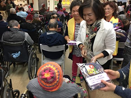羅東鎮長林姿妙將愛心毛線帽贈給長者。(羅東鎮公所提供)