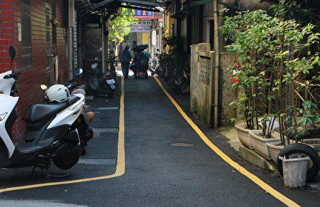 宜兰市改善从中央商场内的小巷至力新路16巷弄间的路面。(宜兰市公所提供)