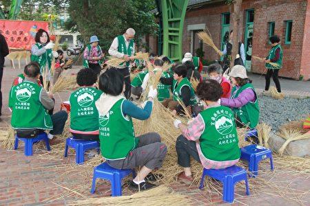 筅黗前环保志工一起制作扫帚。(郭千华/大纪元)