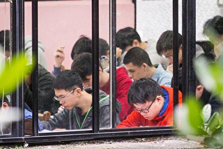 106学年度大学学科能力测验20日登场,全国有12万8759名考生报考。图为考生应考。(陈柏州/大纪元)