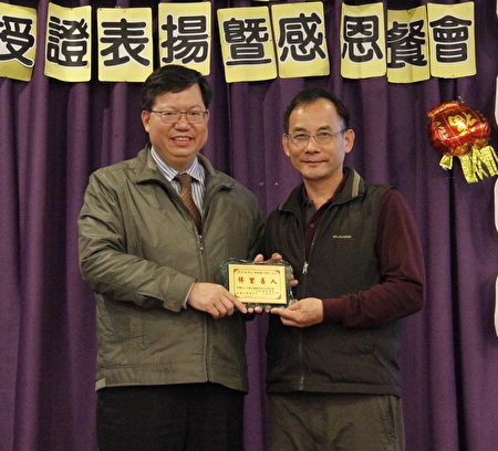 """桃园市长郑文灿(左)颁奖给韦能水,并认为是""""善的循环""""。(桃市府/提供)"""