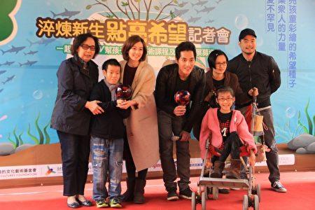 蓝正龙夫妇与罕病儿童一起彩绘玻璃。(曾汉东/大纪元)
