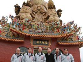 宜兰县议会议长林文昌(右3)与福德庙理、监事干部在四楼土地公前合影。(曾汉东/大纪元)