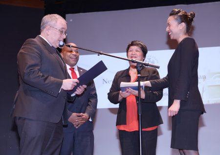市主计长斯静格主持,牛毓琳(右)手接圣经宣誓就职。 (中华总商会提供)