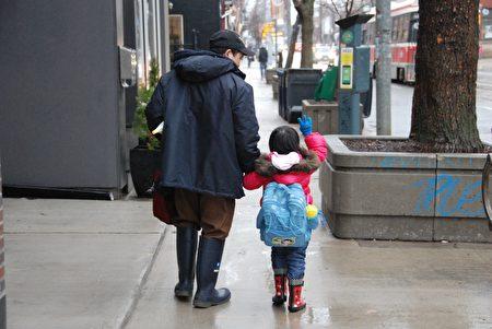 2017年1月17日,劳永联为女儿找到一间新学校。(伊铃/大纪元)