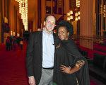 来自赞比亚的Nicklen女士和华府的会计师朋友Rich 一起在1月19日晚观看神韵演出。(萧恩/大纪元)